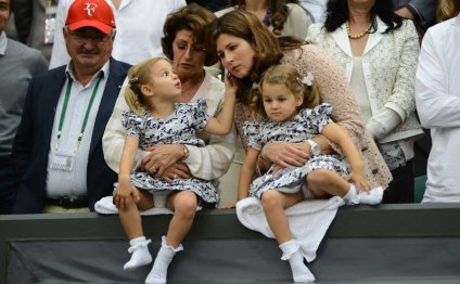 Mirka Federer (centre right)